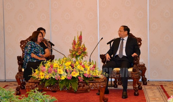 Standing Deputy Secretary of the Ho Chi Minh City Party Committee Tat Thanh Cang (R) receives Teresa Maria Amarelle Boue, Politburo member of the Communist Party of Cuba and Secretary General of the Cuban Women's Federation. (Photo: hcmcpv)