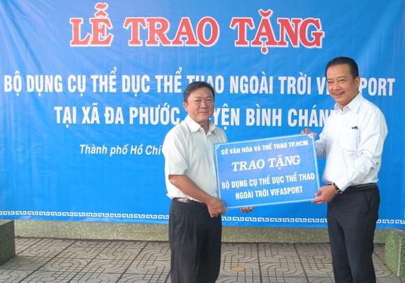 Ông Võ Trọng Nam (phải, Phó Giám đốc Sở VH-TT TPHCM) trao bảng tặng tượng trưng cho ông Phạm Thanh Hùng, Phó chủ tịch UBND xã Đa Phước.