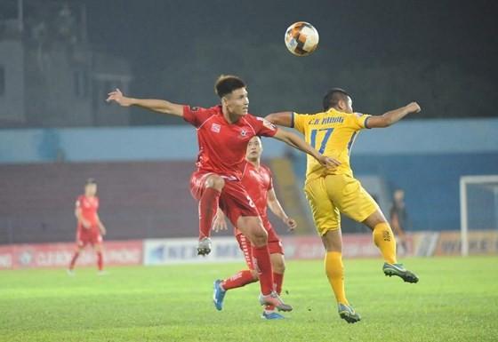SLNA và Hải Phòng bất phân thắng bại trên sân Vinh. Ảnh: MINH HOÀNG