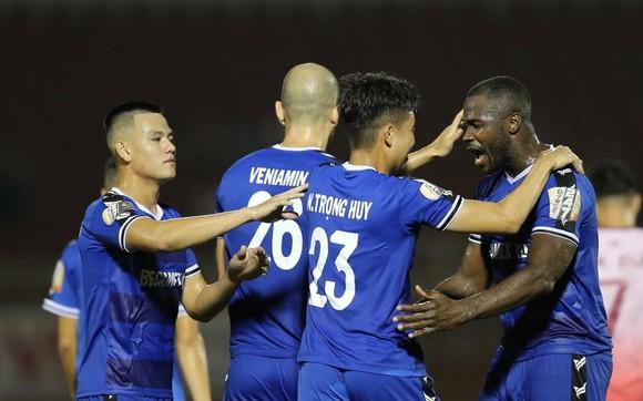 Đồng đội chia vui cùng Trọng Huy sau siêu phẩm ở phút 34 đánh bại thủ môn Văn Phong. Ảnh: DŨNG PHƯƠNG