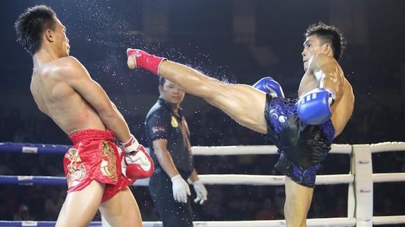 Nguyễn Trần Duy Nhất (phải) lần đầu tiên góp mặt ở đấu trường ONE Championship.