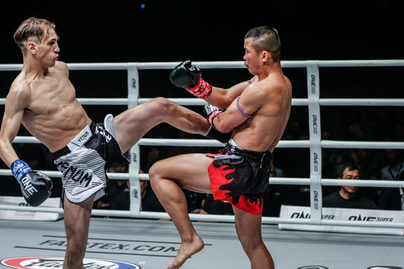 ONE Championship TPHCM 2019: Nguyễn Trần Duy Nhất hạ knock-out đối thủ người Malaysia ảnh 2