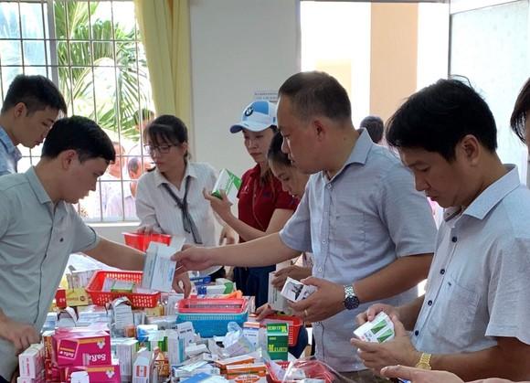 Bác sĩ từ TPHCM về khám bệnh, cấp thuốc miễn phí cho người dân Cà Mau ảnh 1