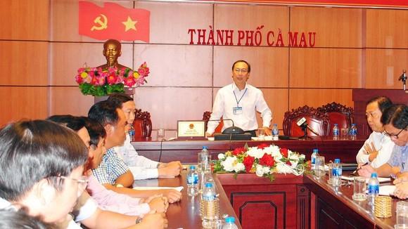 Ông Phan Hoàng Vũ (đứng) chủ trì thông tin tại buổi họp báo