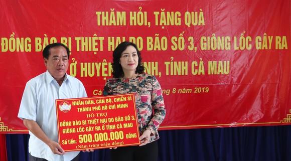 Lãnh đạo TPHCM  tặng quà người dân U Minh bị thiệt hại do bão số 3 gây ra ảnh 1