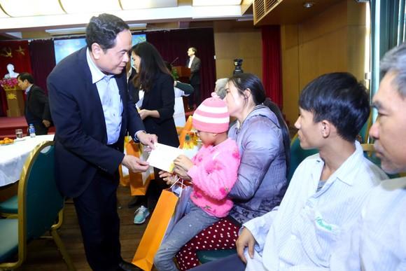 Chủ tịch Ủy ban Trung ương MTTQ Việt Nam tặng quà tết bệnh nhân ung thư ảnh 1