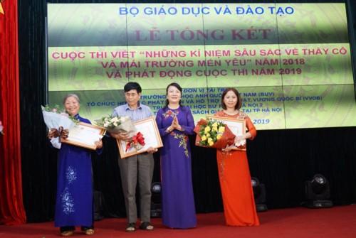 Bộ GD-ĐT trao giải cho các tác giả