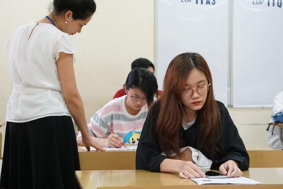 Thí sinh làm thủ tục đăng ký dự thi ở trường THPT Thăng Long, Hà Nội. Ảnh: VIẾT CHUNG