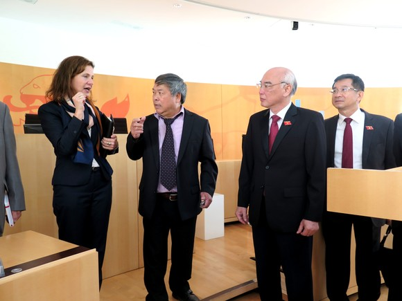Đoàn Đại biểu Quốc hội TPHCM chào xã giao Chủ tịch Quốc hội bang Hessen - Đức ảnh 2