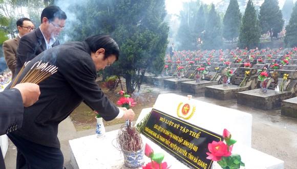 Nguyên Chủ tịch nước Trương Tấn Sang tưởng niệm, tri ân các anh hùng, liệt sĩ tại Vị Xuyên ảnh 2