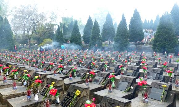Nguyên Chủ tịch nước Trương Tấn Sang tưởng niệm, tri ân các anh hùng, liệt sĩ tại Vị Xuyên ảnh 3