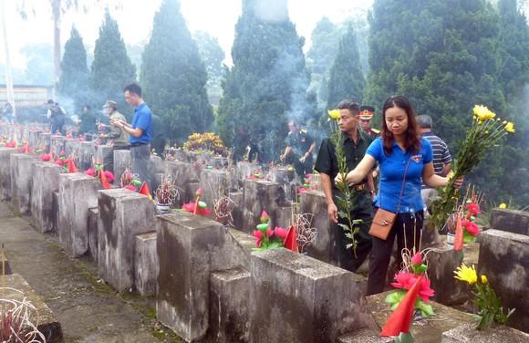 Nguyên Chủ tịch nước Trương Tấn Sang dâng hương, hoa tri ân các anh hùng, liệt sĩ tại Vị Xuyên ảnh 7