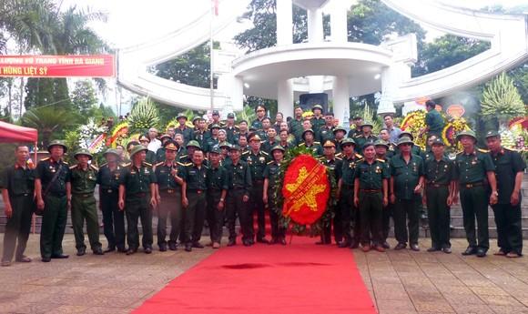 Nguyên Chủ tịch nước Trương Tấn Sang dâng hương, hoa tri ân các anh hùng, liệt sĩ tại Vị Xuyên ảnh 10