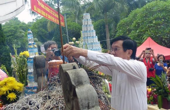 Nguyên Chủ tịch nước Trương Tấn Sang dâng hương, hoa tri ân các anh hùng, liệt sĩ tại Vị Xuyên ảnh 3