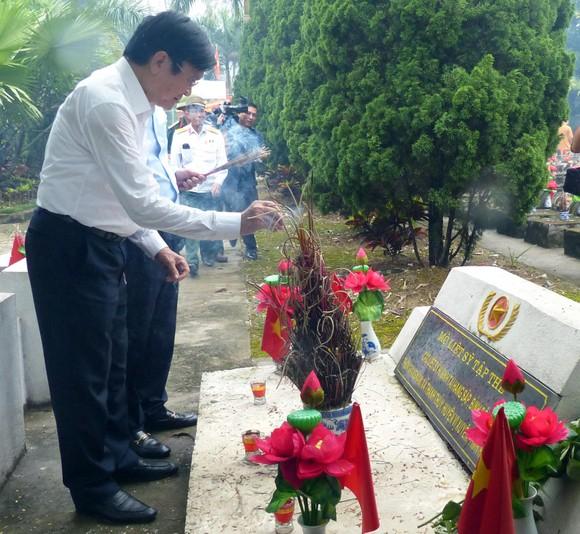 Nguyên Chủ tịch nước Trương Tấn Sang dâng hương, hoa tri ân các anh hùng, liệt sĩ tại Vị Xuyên ảnh 5
