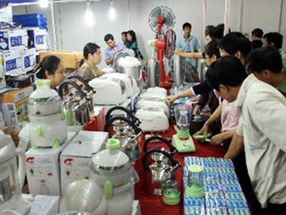 One hundred businesses with 120 stalls are featuring goods from Thailand at the 2013 Thai Retail Fair (Photo: VNA)