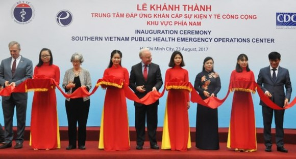 Health Minister Nguyen Thi Kim Tien and the United States Secretary of Health and Human Services Thomas Price at the ribbon-cutting ceremony (Photo: SGGP)