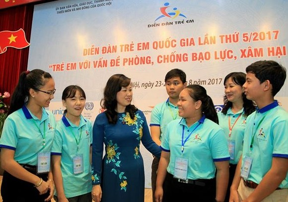 Deputy Minister of Labour, Invalids and Social Affairs Dao Hong Lan and children at the fifth National Children's Forum (Photo: baodansinh.vn)