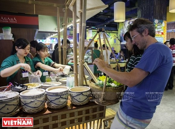 Visitors to Sense Market, an undeground market in District 1 of HCM City (Photo: Vietnam Pictorial)