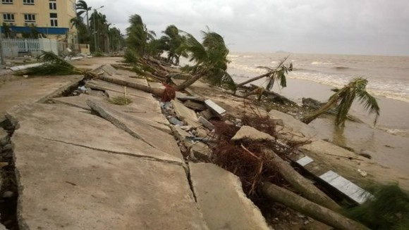 Sea embankment in Thanh Hoa Province destroyed  (Photo: SGGP)