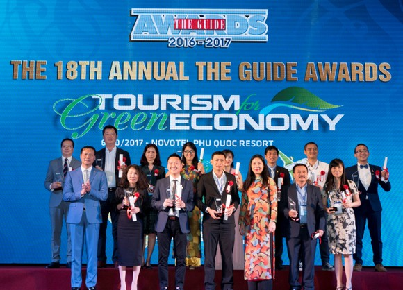 At the award-giving ceremony (Photo: Courtesy of Vietjet)