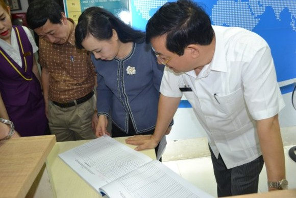 Health Minister Nguyen Thi Kim Tien pays visits to foreign medical clinics to check its activities (Photo: SGGP)