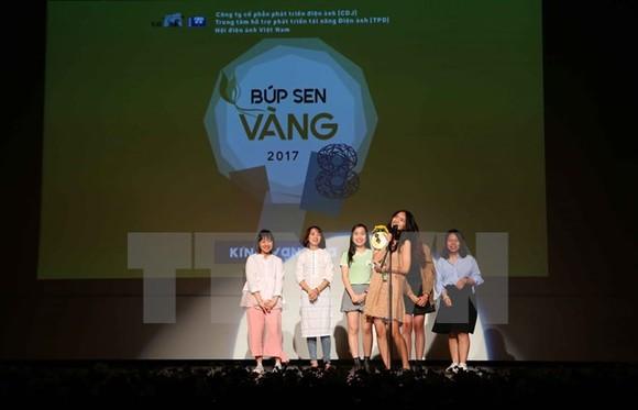 "Nguyen Ngoc Mai joyfully receives a lotus bud award for documentary ""Lan"" (forgetful). (Source: VNA)"