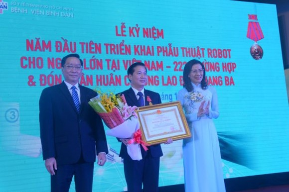 Director of Binh Dan Hospital (center) is awarded Third class labor order (Photo: SGGP)