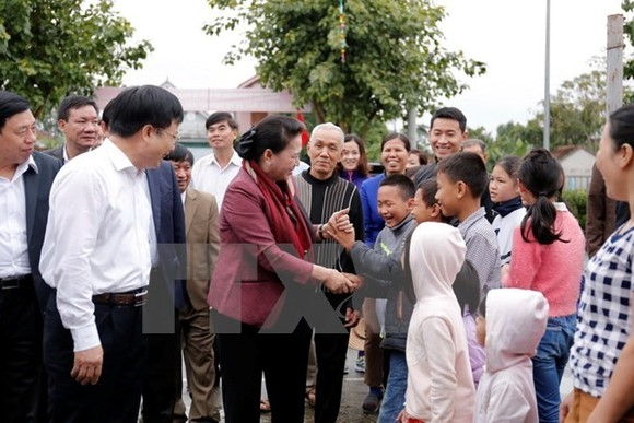 National Assembly Chairwoman Nguyen Thi Kim Ngan and residents in Sen 3 hamlet, Kim Lien commune, Nam Dan district, central Nghe An province (Source: VNA)