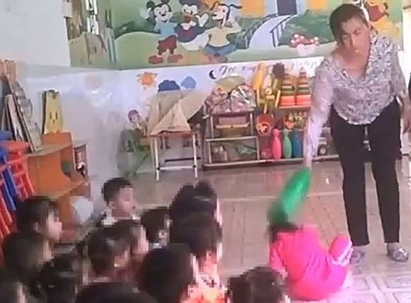 The photo cut from the clip shows teacher tortureed children in the daycare center