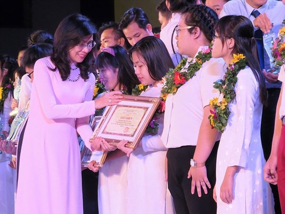 HCMC honors students with good performance