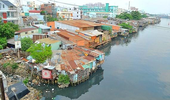 Slums along Doi canal in district 8 (Photo: SGGP)