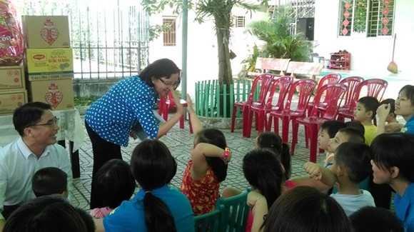 Ms. Thu plays with disadvantaged children in Khai Tri school (Photo: SGGP)