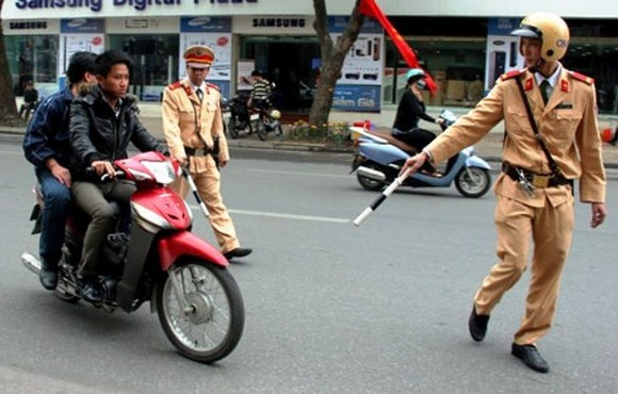 Traffic police handle violation (Photo: SGGP)