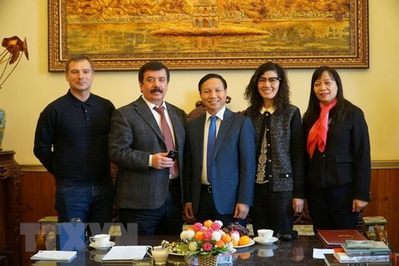 Vietnamese Ambassador Ngo Duc Manh (center) and Vice Rector of the Lomonosov Moscow State University Sergey Sakhrai (second, left) at the meeting on March 2 (Photo: VNA)