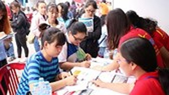 Students register  at a job fair (Photo: SGGP)
