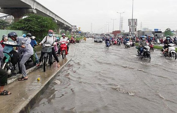 Hanoi Highway (near Rach Chiec Bridge) in serious flooding condition after light rain. Photo by D.T