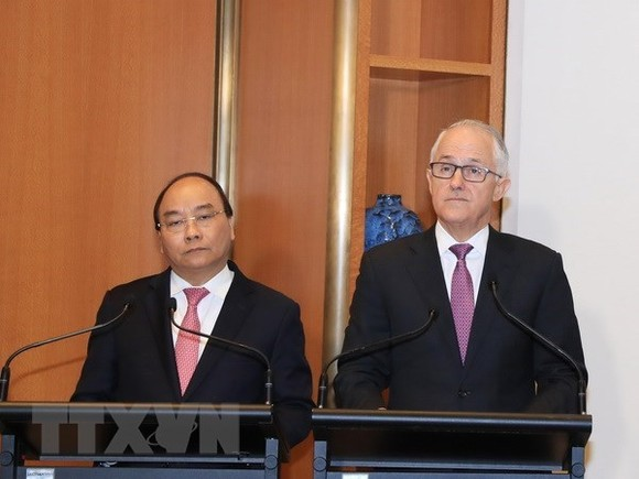 Prime Minister Nguyen Xuan Phuc (L) and his Australian counterpart Malcolm Turnbull met with the press following their talks. (Source: VNA)