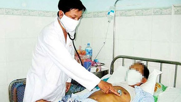 A doctor is examining a tuberculosis patient (Photo: SGGP)