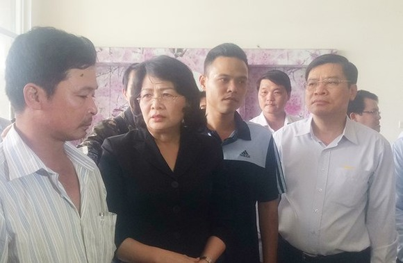 Ms. Thinh shares sorrow with fire victim's relatives (Photo: SGGP)