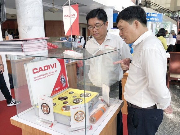 """Products are showcased at the conference reviewing the campaign """"Vietnamese use Vietnamese goods"""" in HCM City on April 13 (Photo: VNA)"""