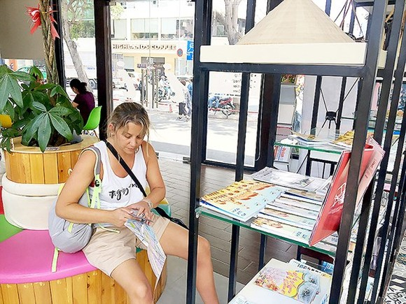 A foreign woman finds tourist information in 23 September Park (Photo: SGGP)