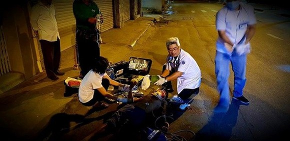 Medical workers of the emergency center provide first-aid  to traffic accident victims (Photo: SGGP)