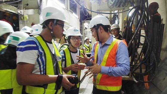 The participant students question technicians about the metro (Photo: SGGP)