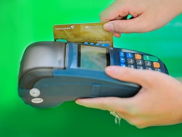 The value of transactions via POS rose by 27 percent to more than VND318 trillion by the end of last year. - (Photo: Vietcombank)