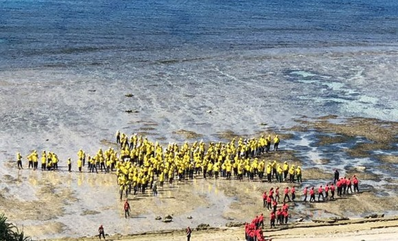 3,000 people make human national flag in Ly Son island