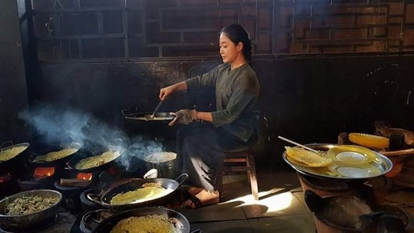 Nguyen Khanh Vuong Anh, who is studying cooking arts at Le Cordon Bleu in Sydney, cooks banh xeo (sizzling rice pancake with pork and shrimp) in a video clip shot in the Mekong Delta (Photo courtesy of Vuong Anh)