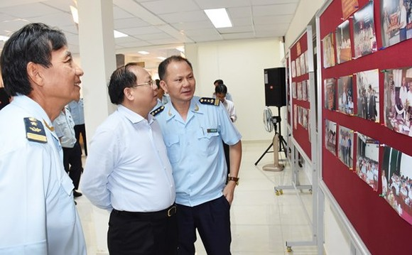 Tat Thanh Cang, Standing Deputy Secretary of the municipal Party Committee, looks at pictures featuring customs activities (Photo: SGGP)