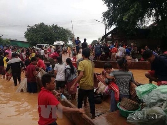 Villagers are evacuated after the Xe Pian-Xe Nam Noy hydro-power dam collapsed in Attapeu province, Laos. (Photo: KPL/VNA)