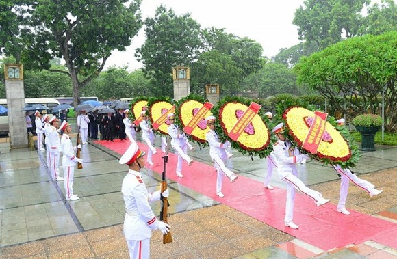 Leaders and former leaders laid wreaths at the Monument for Heroic Martyrs in Hanoi. (Source: VNA)